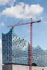 Die noch unfertigen Glasfassade der im Bau befindlichen Elbphilharmonie in Hamburg