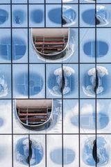 Detailfoto der noch unfertigen Glasfassade der im Bau befindlichen Elbphilharmonie in Hamburg