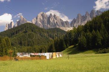 Landschaft Dolomiten bei Sterzing  bunte Waesche auf der Leine