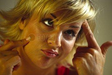 Junge Frau schneidet Grimassen