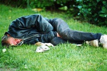 Person liegt im Rasen