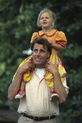 Vater mit Tochter auf den Schultern