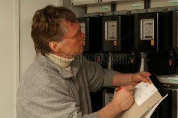Mann liest Strom ab