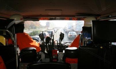 Feuerwehrauto im Einsatz auf der Autobahn