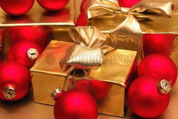 Weihnachtskugeln und Geschenk