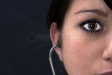 ssrztin mit Stethoskop im Ohr