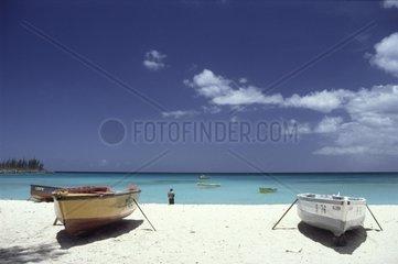 Weisser Sandstrand mit Booten am Meer