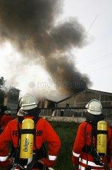 Feuerwehrleute bei einem Brandeinsatz