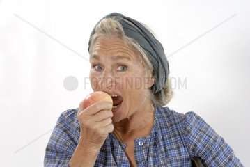 ssltere Frau isst Apfel