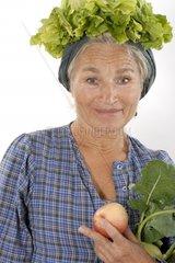 Frau mit Salat auf Kopf