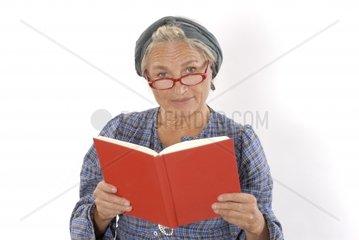 ssltere Frau mit Buch und Lesebrille