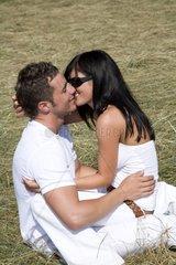 Verliebtes Paar in Feld