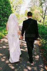 Brautpaar auf dem Weg zum Traualtar