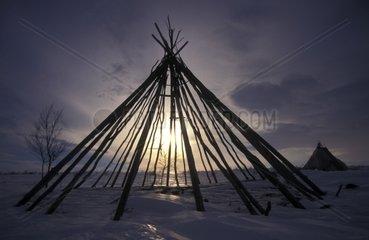 Stangen eines traditionellen Zeltes im Schnee  Norwegen