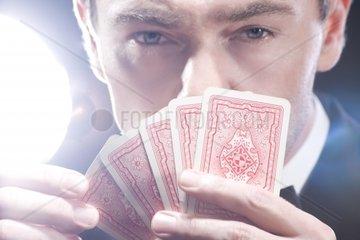 Mann beim Kartenspiel