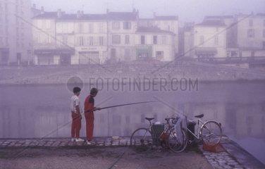 Angler am Fluss  Dordogne  Frankreich
