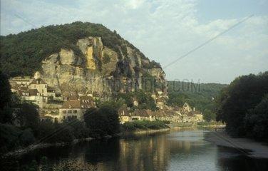 Dorf am Fusse eines Bergesan der Dordogne  Frankreich