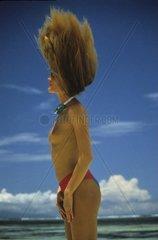 Frau oben ohne am Strand