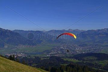 Paraglider vor Berglandschaft  Allg?u  Bayern  Deutschland