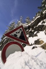 Verkehrsschild im Schnee begraben