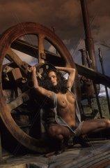 Sexy Frau vor Industriekulisse
