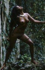 Nackte Frau im Dschungel