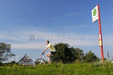 Radfahrer und Bushaltestellenschild
