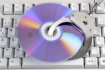 CD mit Handschellen  Raubkopierern drohen Haftstrafen