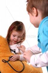 Kinder horchen Plueschtier ab