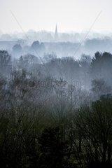 Kirchturm im Morgendunst