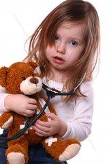 Maedchen mit verletztem Teddy