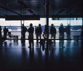 Wartende Fluggaeste am Flughafen