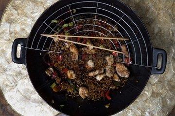 Wok mit asiatischem Nudelgericht