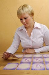 Junge Frau legt Engelskarten