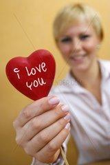 Junge Frau verliebt mit Herz