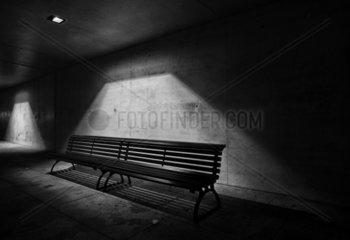 Leere Sitzbank in der Nacht