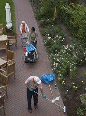 Garten einer Seniorenresidenz  Berlin  Deutschland