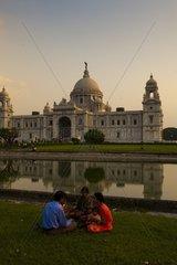 Indische Familie vor der Victoria Memorial Hall in Kalkutta