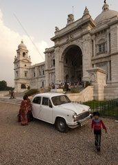 Ambassador vor der Victoria Memorial Hall in Kalkutta