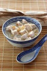 Asiatische Nudelsuppe mit Gemuese und Huhn
