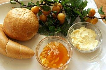 Mirabellenmarmelade und franzoesische Broetchen