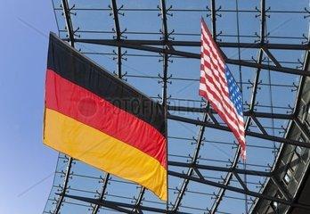 Deutsche und Amerikanische Flagge in einem Sportstadion