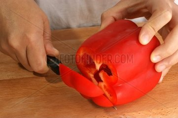 Paprika wird geschnitten
