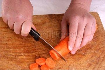 Karotte in Scheiben schneiden