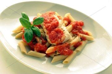 Gekochte Dorschstuecke mit Nudeln und Tomatensosse