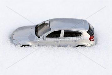 Miniaturauto im Schnee  Strassenglaette