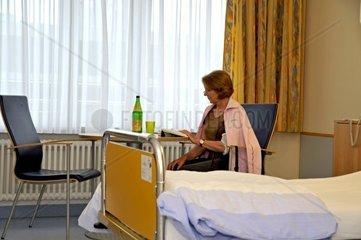 Patientin im Krankenhauszimmer