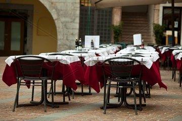gedeckte Tische draussen in einem Restaurant