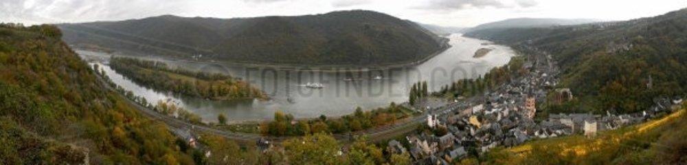 der Rhein bei Bacharach rechts im Bild