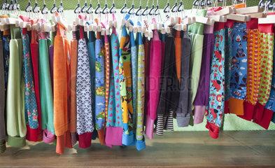 Angebot an Kinderkleidung in einem Laden